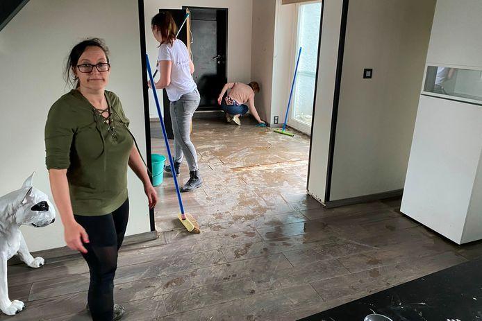 Tina De Neef van Hondenkapsalon Perro Bello langs de Steenstraat in Lede kon na de zondvloed zaterdag op heel wat helpende handen rekenen.