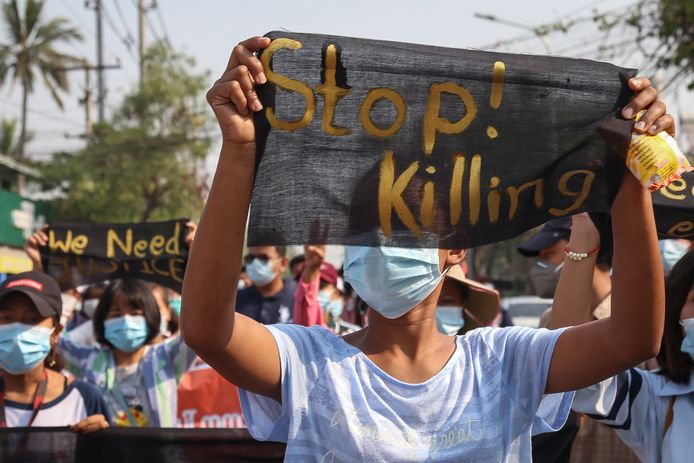 Protest tegen de militaire coup zondag in Mandalay, Myanmar.
