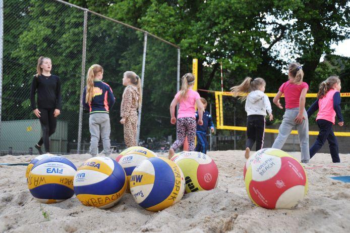 Dertig kinderen vanaf 6 jaar konden woensdagavond weer beachvolleyballen bij Waspik Beach in Waspik-Boven.