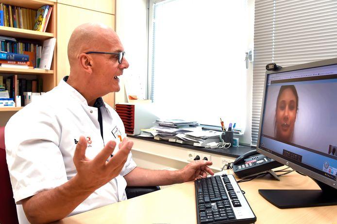 Dermatoloog Dick van Gerwen van het Bravis ziekenhuis beeldbelt met een patiënte. Sinds de coronacrisis is digitale zorg op afstand in een stroomversnelling gekomen.