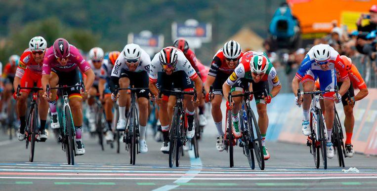 Elia Viviani wint voor Fernando Gaviria en Arnaud Démare, maar wordt gedeklasseerd.