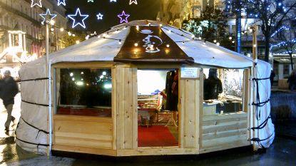 Vrouw koopt Mongoolse tent op kerstmarkt om in te wonen