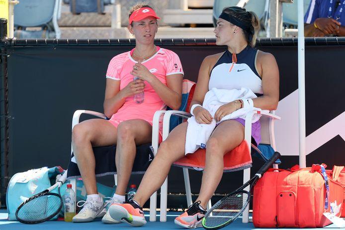 Elise Mertens en Aryna Sabalenka tijdens een break.