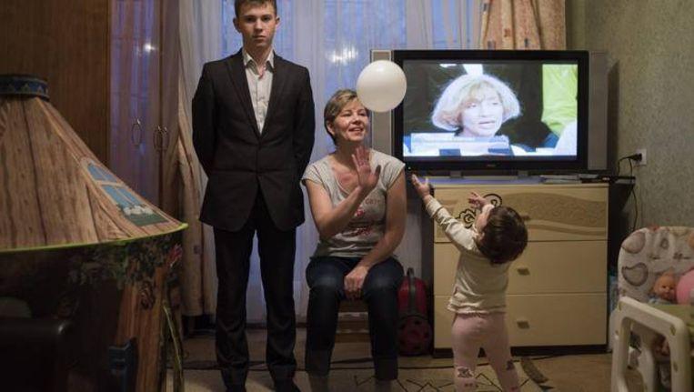Svetlana Onine in haar appartement in Novoe Grisjino met haar zoon Valery en haar dochtertje Viktoria. Beeld Yuri Kozyrev/ Noor