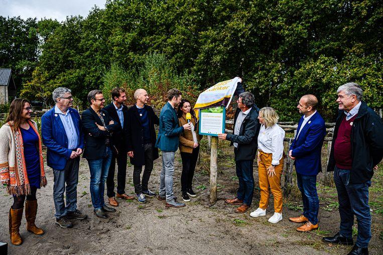 Kristel Verbeke en Marc Michils openen samen het wandelpad, met onder meer Bart Schols die de voorstelling in goede banen leidde.