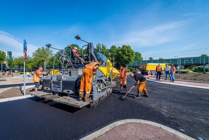 De gemeente Capelle aan den IJssel werkt aan de kruising in de  Burgemeester Van Beresteijnlaan die maandagmiddag al open gaat. Het stadsbestuur wil met rotondes de verkeersveiligheid verbeteren.