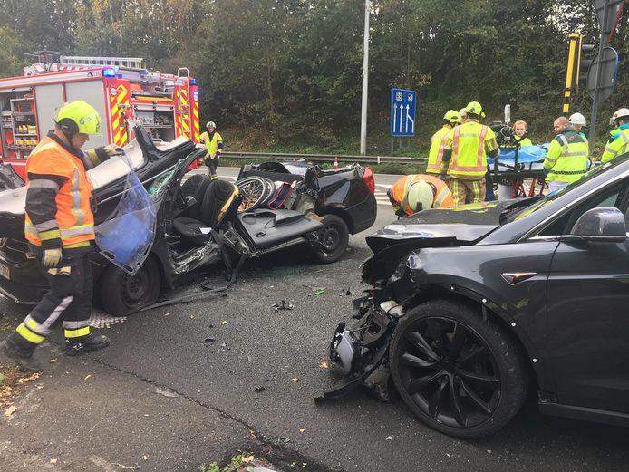 De hulpdiensten moesten de bestuurster uit de auto bevrijden.