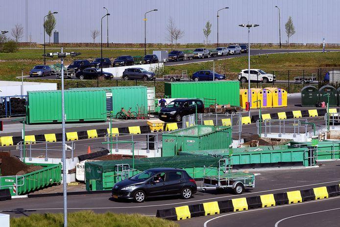 Drukte bij de milieustraat in Roosendaal. De Raad van State verwacht in Elburg geen onaanvaardbare verkeersoverlast.