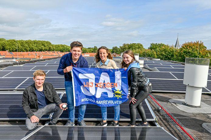 Er liggen 863 zonnepanelen op het dak van 't Rijks.  Cas van Aert, Dani van der Zande, Emma Wolters en Gaby van Zunderd (vlnr) vonden dat de school moest verduurzamen.