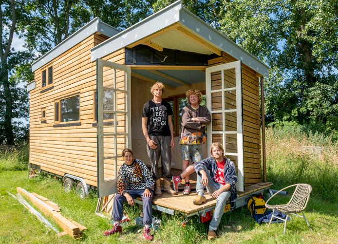 Suzan Dahmen, Lennard van de Berge, Wiebe Radstake en Simen Blokland (vlnr) willen graag in een tiny house op Schouwen-Duiveland wonen.
