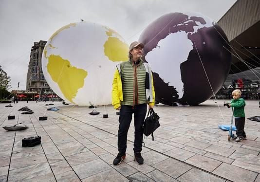 Kunstenaar Olafur Eliasson bij een testopstelling op het Stationsplein.