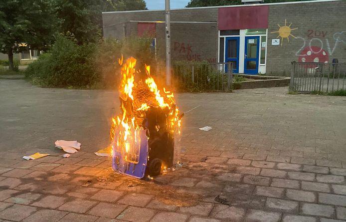 Opnieuw is er een container in brand gestoken bij de school op Overstegen.
