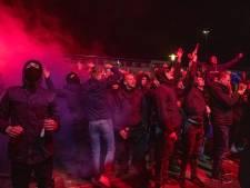 Fans Cambuur vieren massaal feest en negeren avondklok, trainer Henk de Jong zegt: 'Ga weg!'