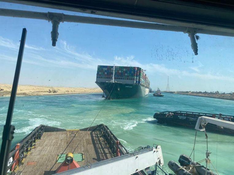 De Ever Given ligt inmiddels veilig voor anker in het Grote Bittermeer, dat halverwege het Suezkanaal ligt. Beeld EPA