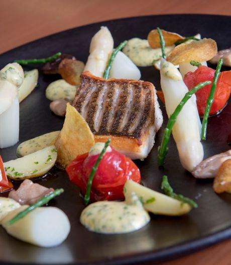 Topkoks koken thuis: Tonny van de Kromme Dissel uit Heelsum maakt asperges met zeebaars
