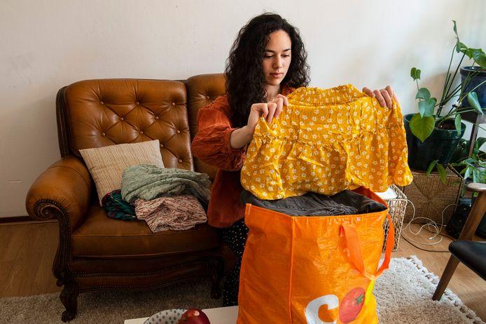 Kettingkledingruil is in verschillende steden in Nederland actief. Carmen Groenefelt uit Tilburg doet mee.