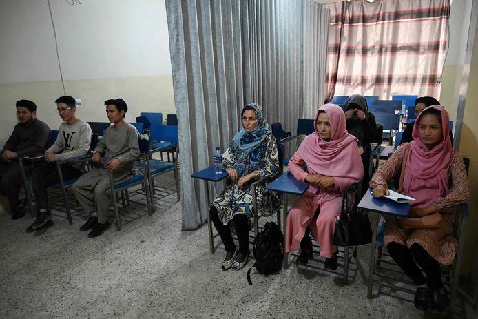 Mannelijke en vrouwelijke studenten krijgen gescheiden les begin september in Kaboel. Dit was nog voordat de strenge kledingvoorschriften waren ingevoerd.