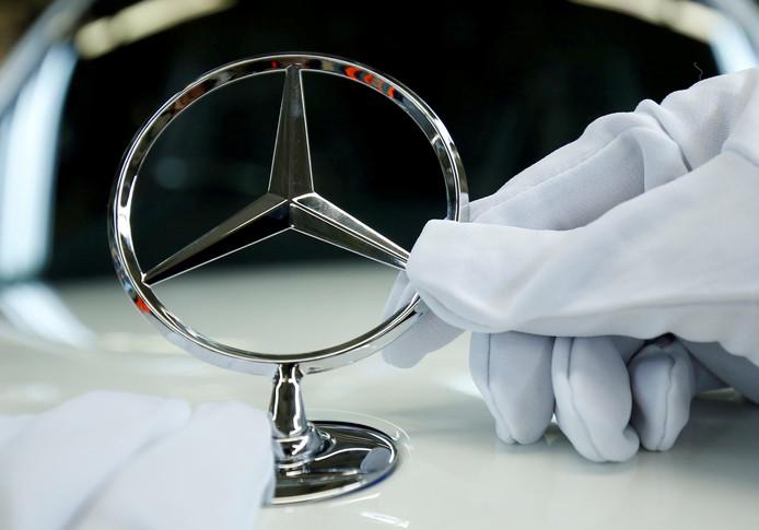 Een luxe Mercedes nam de man mee naar Spanje.