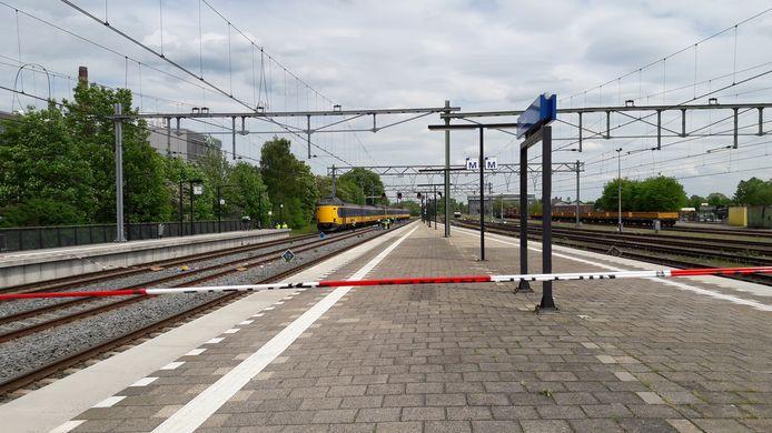 Een deel van het perron in Apeldoorn is afgezet.