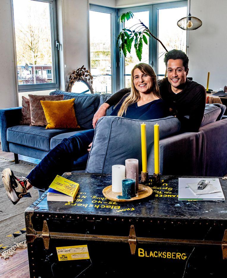 Linda Klunder en haar vriend Wiigwas Geertsema in hun appartement aan de Jan Smitstraat in Amsterdam. 'Die paar duizend euro bonus hadden we echt nodig, anders weet ik niet of we hier nu hadden kunnen wonen.' Beeld Pim Ras Fotografie
