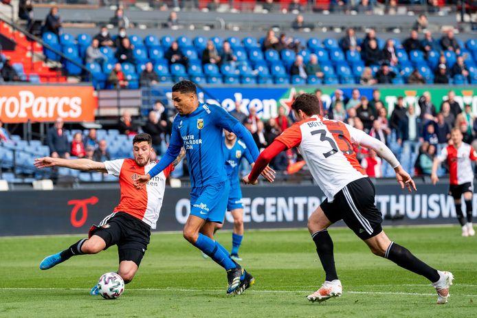 Danilho Doekhi (blauw shirt) breekt tegen Feyenoord bijna door. Marcos Senesi links) Eric Botteghin brengen net op tijd redding voor Feyenoord.