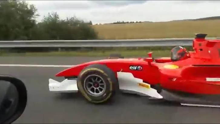Racewagen rijdt illegaal over Tsjechische snelweg