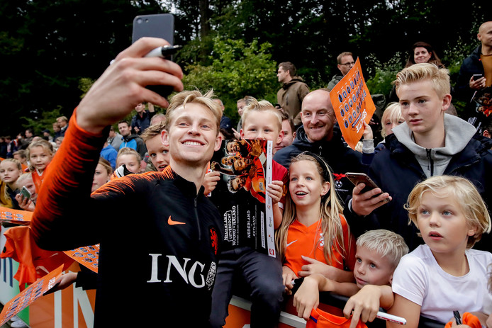 Frenkie de Jong maakt een selfie met één van de vele fans.