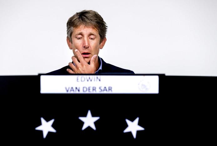 Algemeen directeur Edwin van der Sar van Ajax tijdens de persconferentie over Abdelhak Nouri. Van der Sar gaat in op nieuwe informatie die beschikbaar is gekomen rond de situatie van de voetballer.