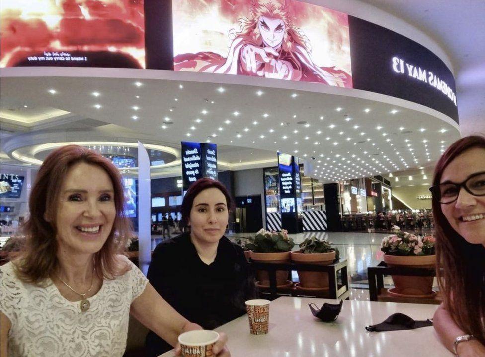 De vermiste prinses Latifa (midden) dook op op deze foto, die gedeeld werd op Instagram door beide andere vrouwen op de foto.