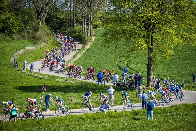 Het peloton in actie in het Limburgse landschap tijdens de Amstel Gold Race van 2019. Beeld ANP