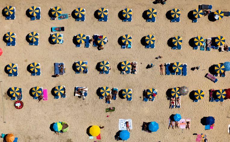 Gran Canaria, 19 augustus: gepaste afstand van elkaar. Beeld Emilio Morenatti / AP
