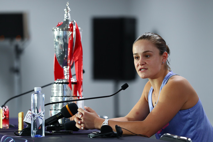 Ashleigh Barty staat de pers te woord in Shenzhen, China.