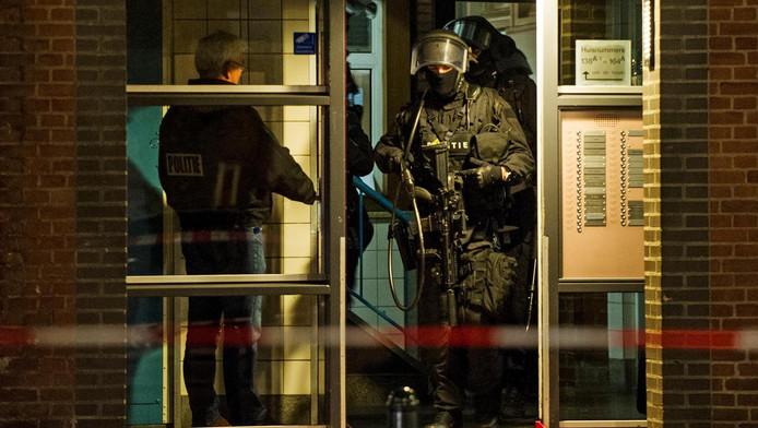Een arrestatieteam bij een flat op de Mathenesserweg tijdens een anti-terreuractie in Rotterdam-West.