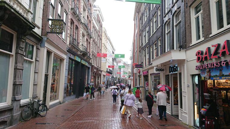 Zaterdagmiddag 25 juli was de Kalverstraat bijzonder rustig door de regen. Beeld Het Parool