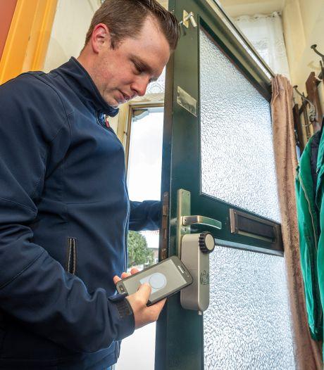 Digitale sloten vervangen sleutelkastjes: 'Niets dat er straks nog op wijst dat hier iemand zorg aan huis krijgt'