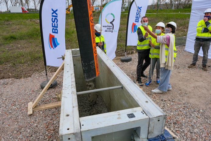 Minister Lydia Peeters (l.) en burgemeester Ingrid Holemans (r.) storten het eerste beton.