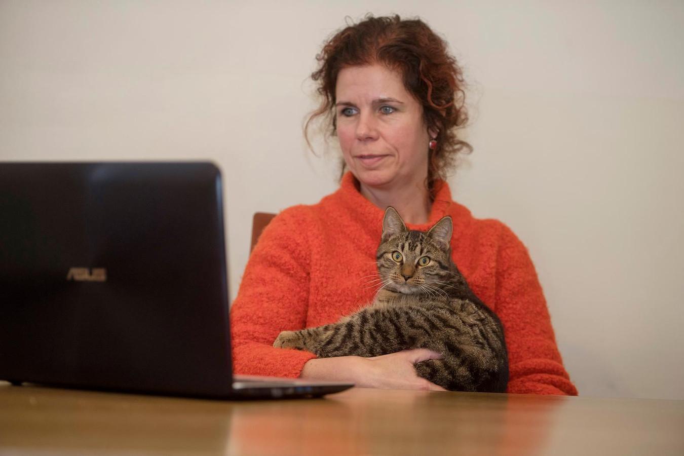 Volgens Jacky van der Vleuten (met kat) is Jacker.nl een gat in de markt.