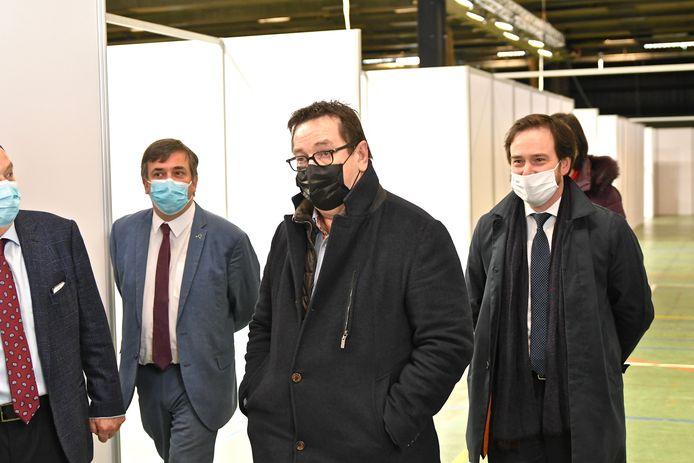Burgemeester Ward Vergote (centraal) eerder in het vaccinatiecentrum Expo Roeselare op bezoek met enkele collega's