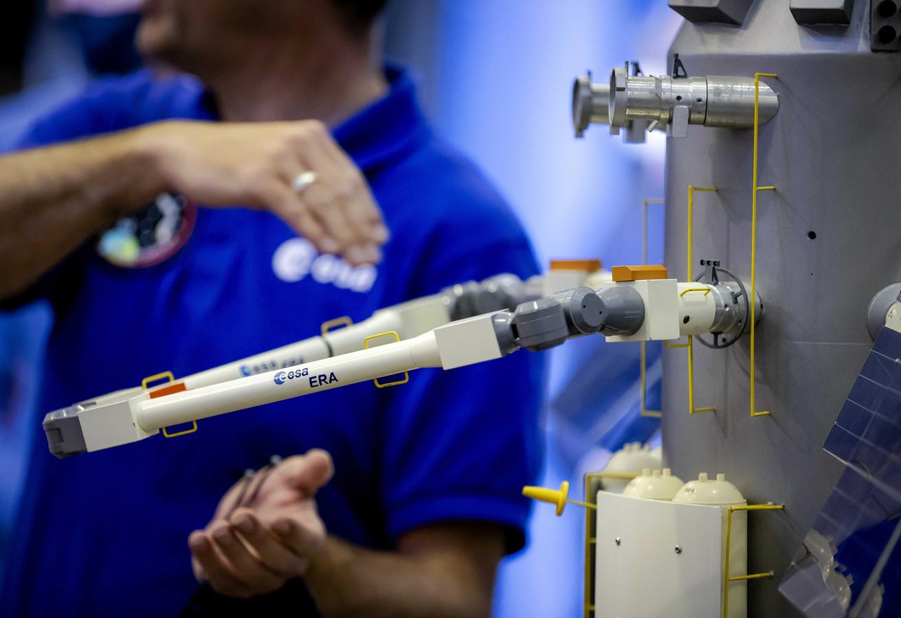 Een schaalmodel van de European Robotic Arm (ERA) wordt gedemonstreerd tijdens een bijeenkomst met de voor ruimtevaart verantwoordelijke staatssecretaris Mona Keijzer (EZ en Klimaat).