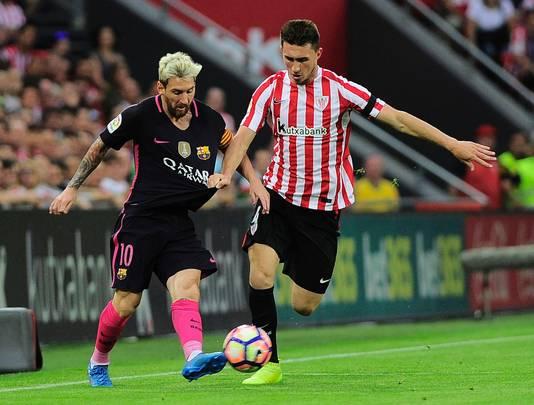 Aymeric Laporte in duel met Lionel Messi.