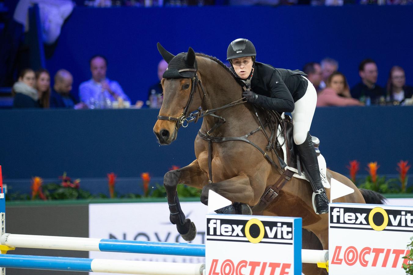 De Britse amazone Holly Smith reed in januari van dit jaar nog Jumping Amsterdam op Denver. Het paard, gefokt in Harbrinkhoek, is uitgeroepen tot Beste Springpaard van de Wereld.