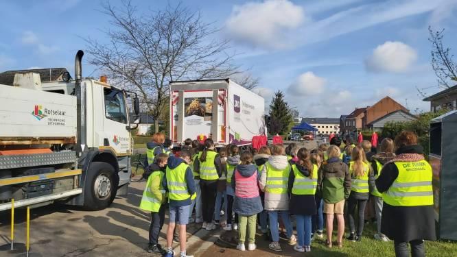 Zesdejaars lagere school krijgen verkeerslessen over dode hoek bij vrachtwagens