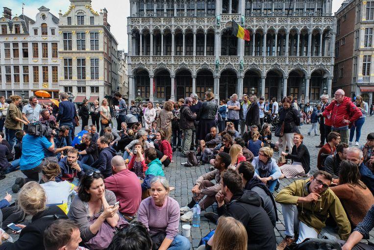 Gisteren organiseerden zo'n honderd betogers een sit-in op de Brusselse Grote Markt tegen de wantoestanden bij Samusocial. Beeld Tim Dirven