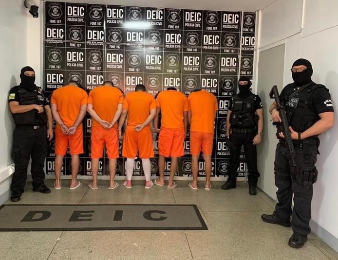 Na de arrestatie van Dennis V. en zijn medeverdachten werden ze op deze wijze getoond aan de Braziliaanse pers.