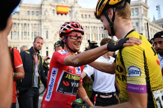Kopman Primož Roglič bedankt Lennard Hofstede na zijn eindzege in de Vuelta a España van 2019. Dit seizoen rijdt Hofstede opnieuw in de Vuelta.