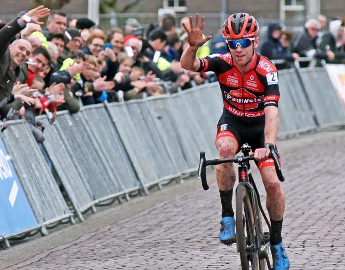 De Belg Eli Yserbyth won de laatste Vestingcross bij de mannen. Het is nog maar de vraag of hij een opvolger krijgt in januari.