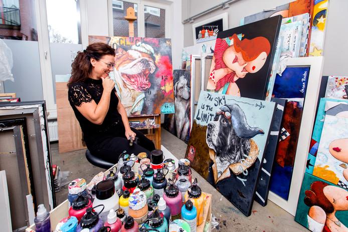 Susan Ruiter werkt aan de schilderijen die een ode vormen aan een huisdier.