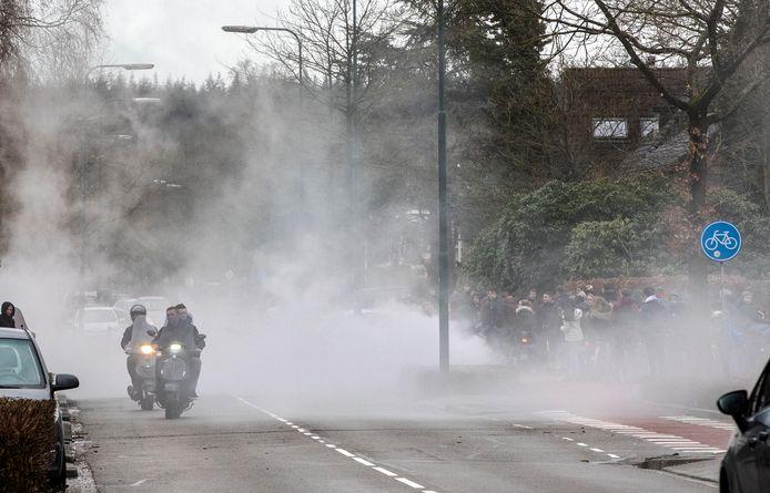 Leerlingen van het CLV  zorgden vandaag als protest voor flinke rook met scooters voor het gebouw van de school.