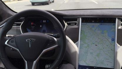 Teslarijder mag gsm niet vasthouden in zelfrijdende auto, oordeelt Nederlandse rechter