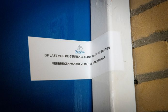 Een verzegelde deur bij een appartement aan de Admiraal Helfrickstraat. Ruim een maand geleden sloot burgemeester Annemieke Vermeulen de woning voor drie maanden vanwege drugsoverlast.